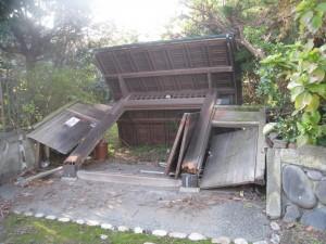 竜巻で倒れた近所の門