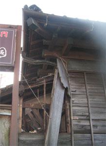 崩壊した建物角部分