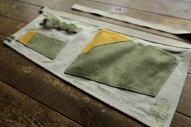 淡い深緑と黄色のエプロン