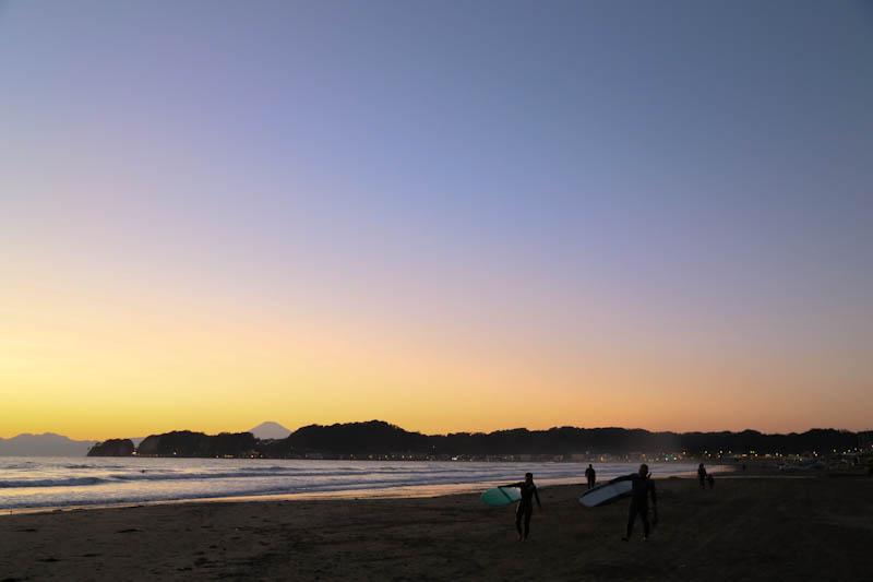 夕暮れ時の材木座海岸とサーファー