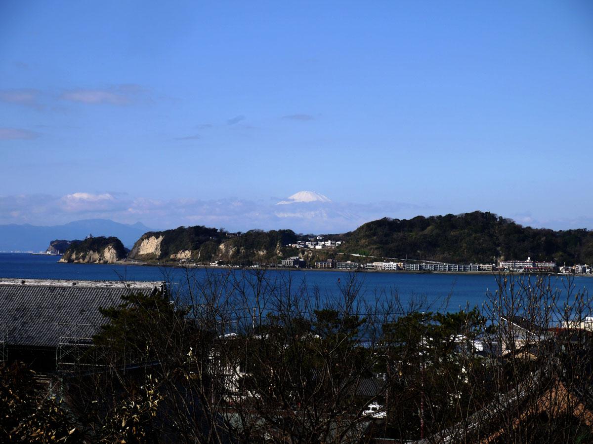 元旦の鎌倉は快晴。富士山は雲に隠れながら白い頭を見せてくれました。
