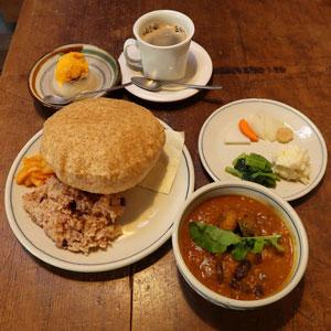 カレーとデザート・お茶付きセット:1400円(野菜カレーか豆カレー。カツオのカレーは+150円)